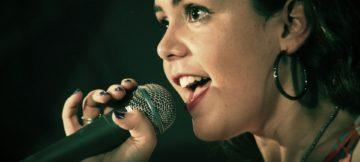 Tecniche per migliorare la voce nel public speaking.